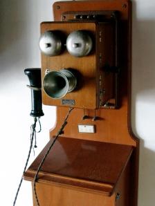 Old_box_telephone